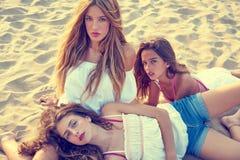Muchachas adolescentes de los mejores amigos junto en puesta del sol de la playa Imágenes de archivo libres de regalías