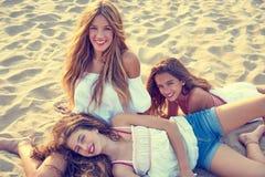 Muchachas adolescentes de los mejores amigos junto en puesta del sol de la playa Imagenes de archivo