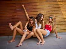 Muchachas adolescentes de los mejores amigos que se divierten que baja abajo Fotos de archivo