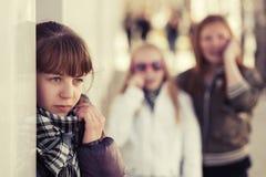 Muchachas adolescentes en conflicto en la calle de la ciudad Imágenes de archivo libres de regalías
