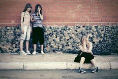 Muchachas adolescentes en conflicto en la calle de la ciudad Fotografía de archivo libre de regalías