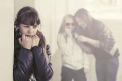 Muchachas adolescentes en conflicto en la calle de la ciudad Fotos de archivo libres de regalías