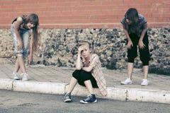 Muchachas adolescentes en conflicto en la construcción de escuelas Fotografía de archivo libre de regalías