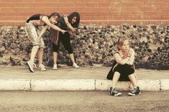 Muchachas adolescentes en conflicto en la construcción de escuelas Foto de archivo