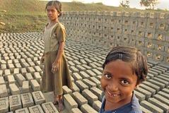 Muchachas adolescentes en el campo de ladrillo Fotos de archivo