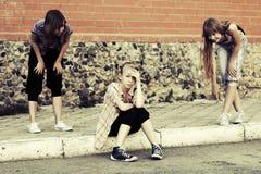 Muchachas adolescentes en el conflicto al aire libre Foto de archivo libre de regalías