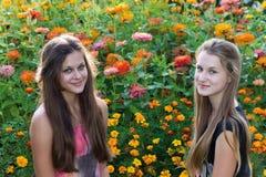 Muchachas adolescentes en el fondo de flores Fotos de archivo libres de regalías