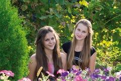 Muchachas adolescentes en el fondo de flores Foto de archivo libre de regalías
