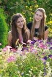 Muchachas adolescentes en el fondo de flores Imágenes de archivo libres de regalías
