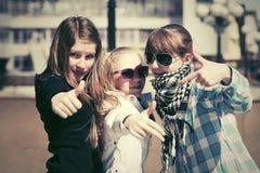 Muchachas adolescentes en la calle de la ciudad Imagen de archivo libre de regalías