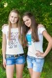 Muchachas adolescentes en parque Fotos de archivo libres de regalías