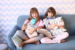Muchachas adolescentes en partido de pijama con las almohadas Fotografía de archivo