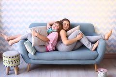 Muchachas adolescentes en partido de pijama con las almohadas Foto de archivo