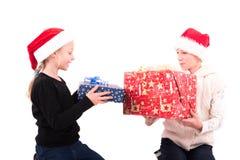 2 muchachas adolescentes en un fondo blanco Fotos de archivo libres de regalías