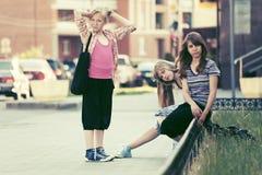 Muchachas adolescentes en una calle de la ciudad Foto de archivo
