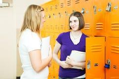Muchachas adolescentes entre las clases Imágenes de archivo libres de regalías