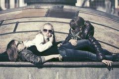 Muchachas adolescentes felices en calle de la ciudad Imagen de archivo