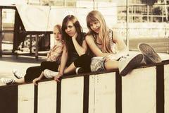 Muchachas adolescentes felices en el patio Foto de archivo libre de regalías