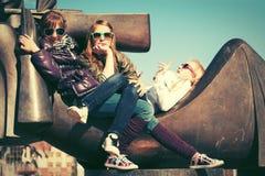 Muchachas adolescentes felices en la calle de la ciudad Fotos de archivo libres de regalías