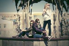 Muchachas adolescentes felices en la calle de la ciudad Imágenes de archivo libres de regalías