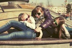Muchachas adolescentes felices en la calle de la ciudad Imagen de archivo libre de regalías