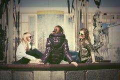Muchachas adolescentes felices en la calle de la ciudad Imagen de archivo