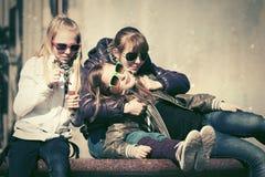 Muchachas adolescentes felices en la calle de la ciudad Fotografía de archivo