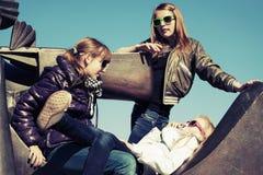 Muchachas adolescentes felices en las gafas de sol al aire libre Foto de archivo libre de regalías