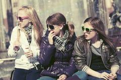 Muchachas adolescentes felices en una calle de la ciudad Fotos de archivo libres de regalías