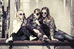 Muchachas adolescentes felices en una calle de la ciudad Imagen de archivo libre de regalías