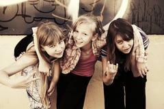 Muchachas adolescentes felices en una calle de la ciudad Fotografía de archivo