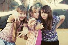 Muchachas adolescentes felices en una calle de la ciudad Fotografía de archivo libre de regalías