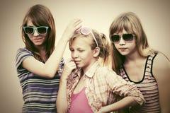 Muchachas adolescentes felices que caminan en calle de la ciudad Imágenes de archivo libres de regalías