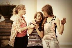 Muchachas adolescentes felices que caminan en calle de la ciudad Foto de archivo libre de regalías
