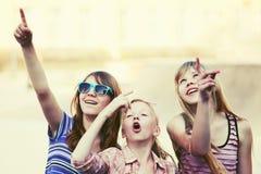 Muchachas adolescentes felices que caminan en calle de la ciudad Fotografía de archivo libre de regalías