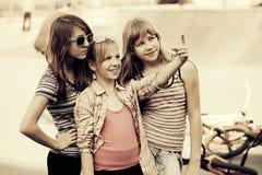 Muchachas adolescentes felices que caminan en calle de la ciudad Imagen de archivo libre de regalías