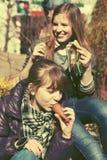 Muchachas adolescentes felices que comen un helado al aire libre Foto de archivo libre de regalías