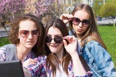 Muchachas adolescentes felices que se divierten en calle Foto de archivo libre de regalías
