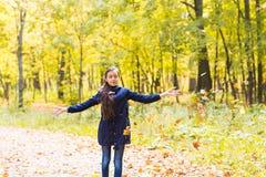 Muchachas adolescentes jovenes felices en hojas que lanzan del paisaje del otoño Fotos de archivo