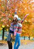 Muchachas adolescentes jovenes felices en paisaje del otoño Foto de archivo