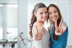 Muchachas adolescentes lindas que sonríen en la cámara Fotografía de archivo libre de regalías