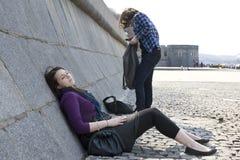 Muchachas adolescentes pensativas que se sientan en el río Imagen de archivo libre de regalías