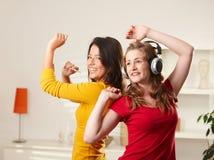 Muchachas adolescentes que escuchan la música Foto de archivo libre de regalías