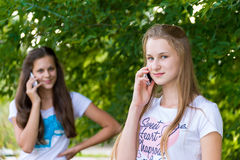 Muchachas adolescentes que hablan en el teléfono celular Imagen de archivo