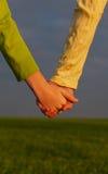 Muchachas adolescentes que llevan a cabo las manos Fotografía de archivo
