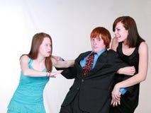 Muchachas adolescentes que luchan sobre muchacho Fotos de archivo