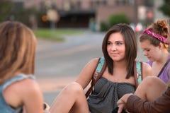 Muchachas adolescentes que se sientan afuera Fotos de archivo libres de regalías