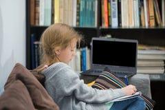 Muchachas adolescentes que trabajan en un ordenador portátil Fotografía de archivo