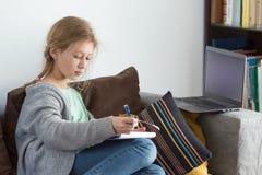 Muchachas adolescentes que trabajan en un ordenador portátil Imagen de archivo libre de regalías