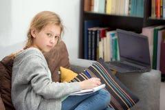 Muchachas adolescentes que trabajan en un ordenador portátil Fotos de archivo libres de regalías